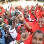 Meisjes zijn blij dat ze naar school kunnen gaan.