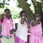 Deze meisjes in Oeganda zijn blij met de aangepaste gezondheidszorg voor jongeren.